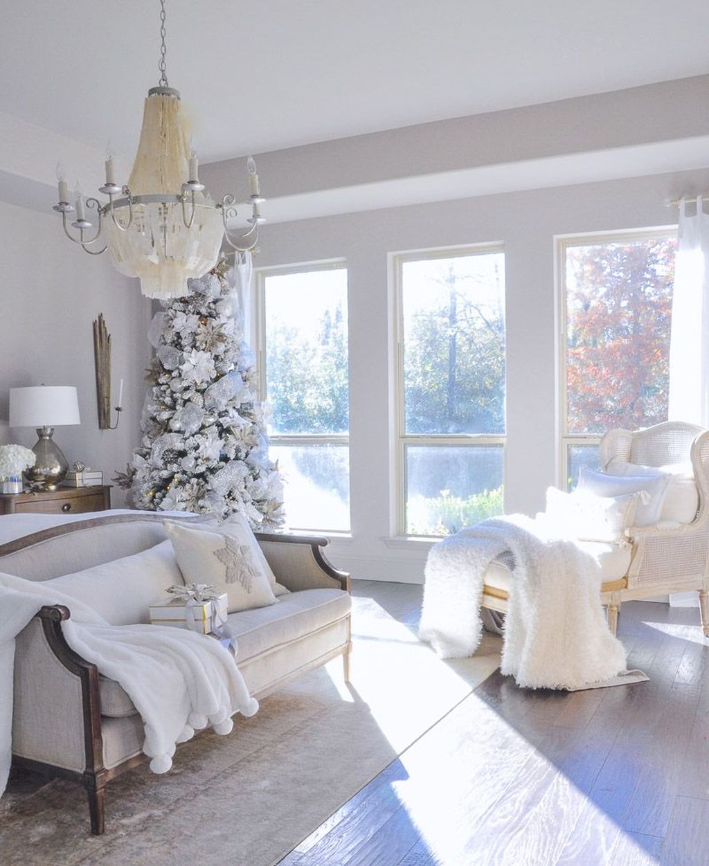 Gorgeous White Christmas Bedroom Decorating Ideas 34