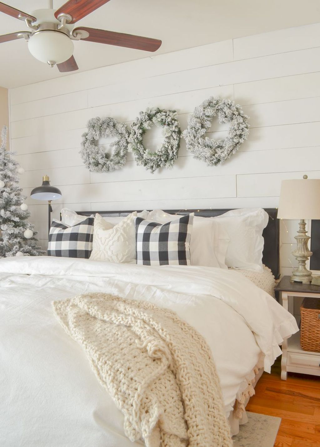 Gorgeous White Christmas Bedroom Decorating Ideas 38