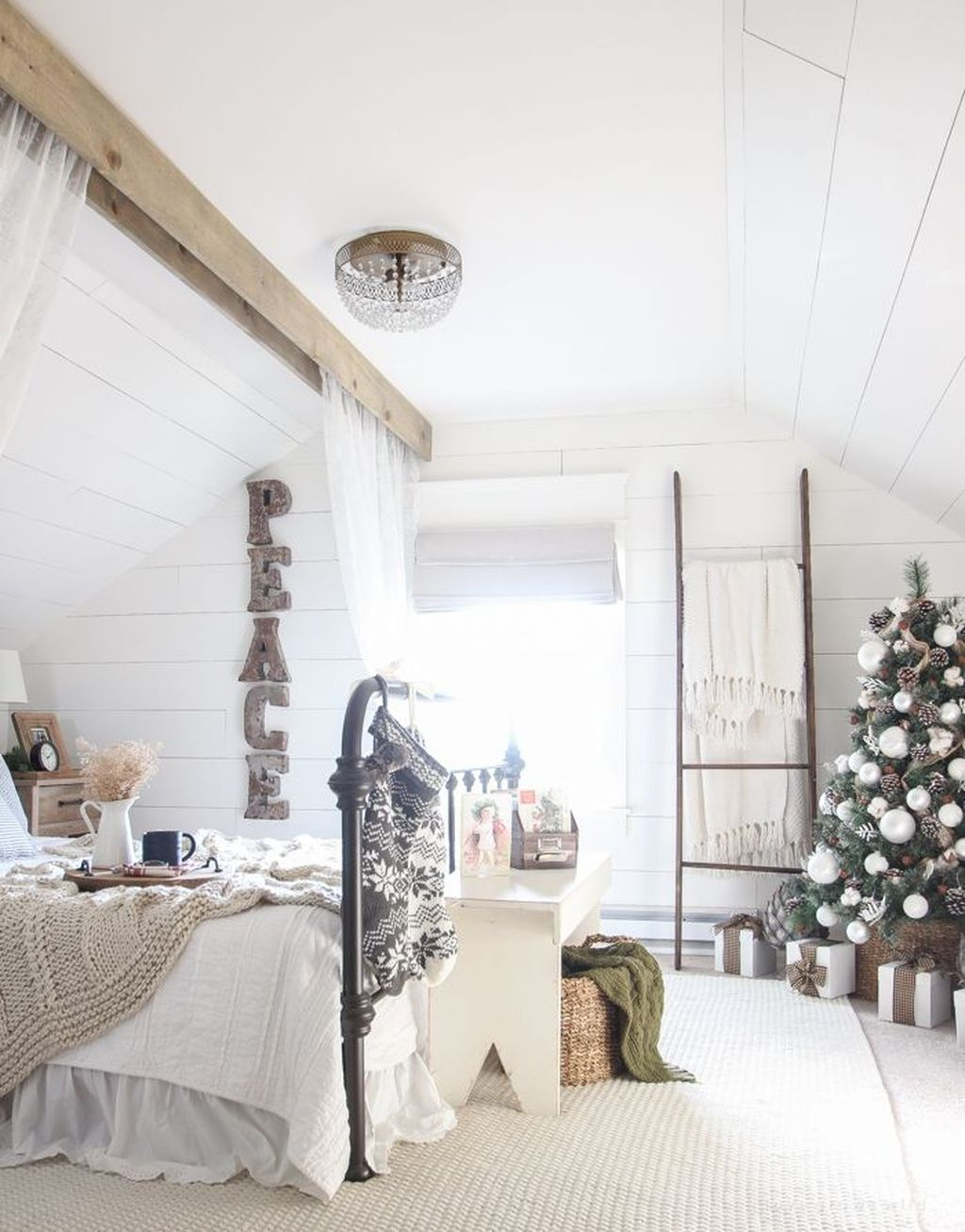 Gorgeous White Christmas Bedroom Decorating Ideas 39