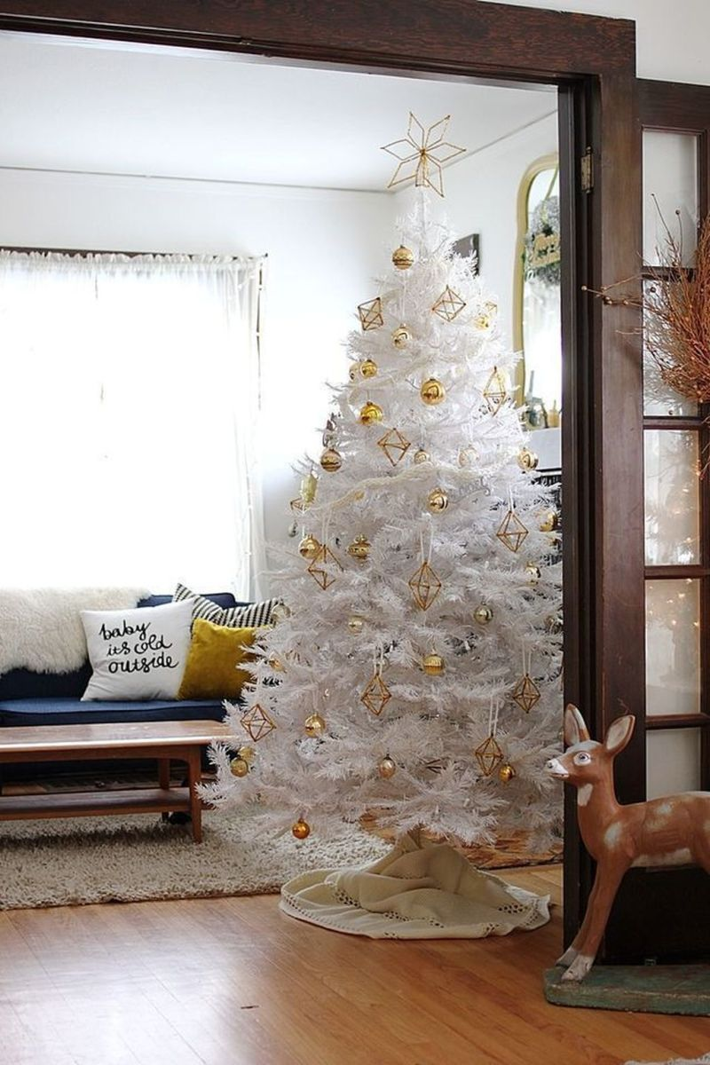 Stunning White Christmas Tree Ideas To Decorate Your Interior 07