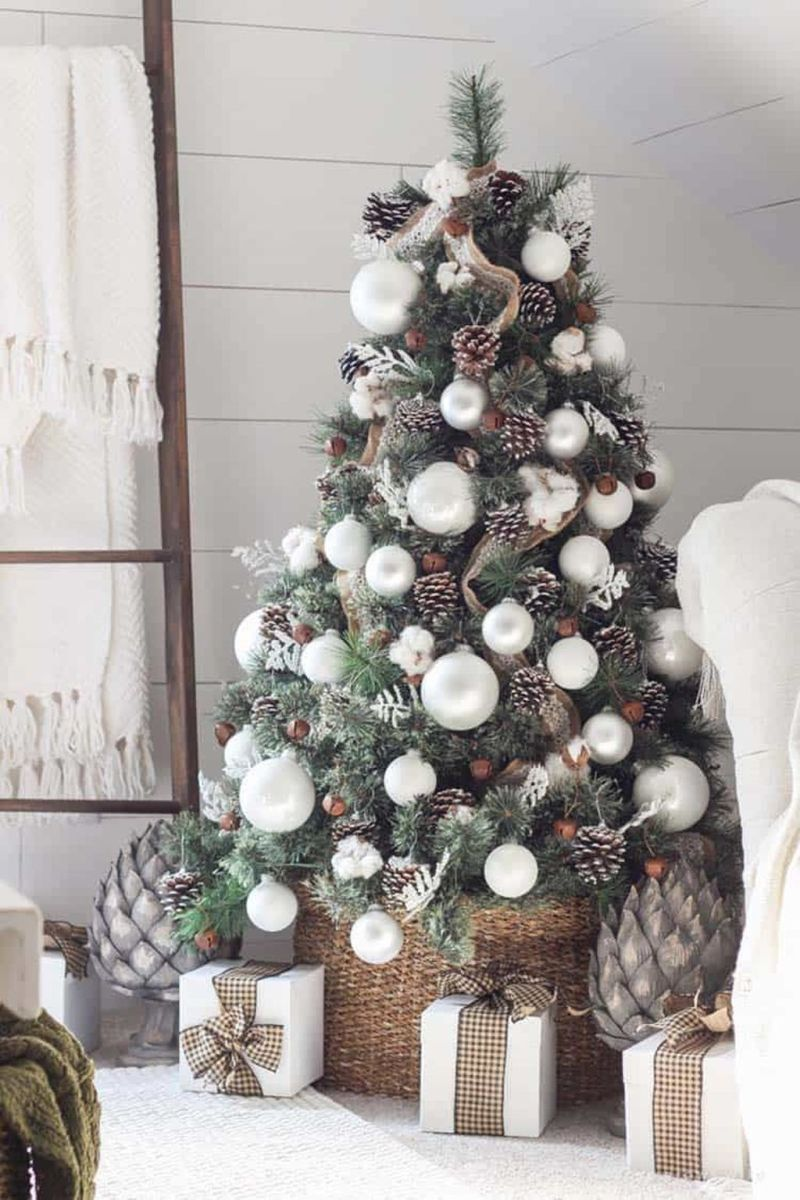 Stunning White Christmas Tree Ideas To Decorate Your Interior 23
