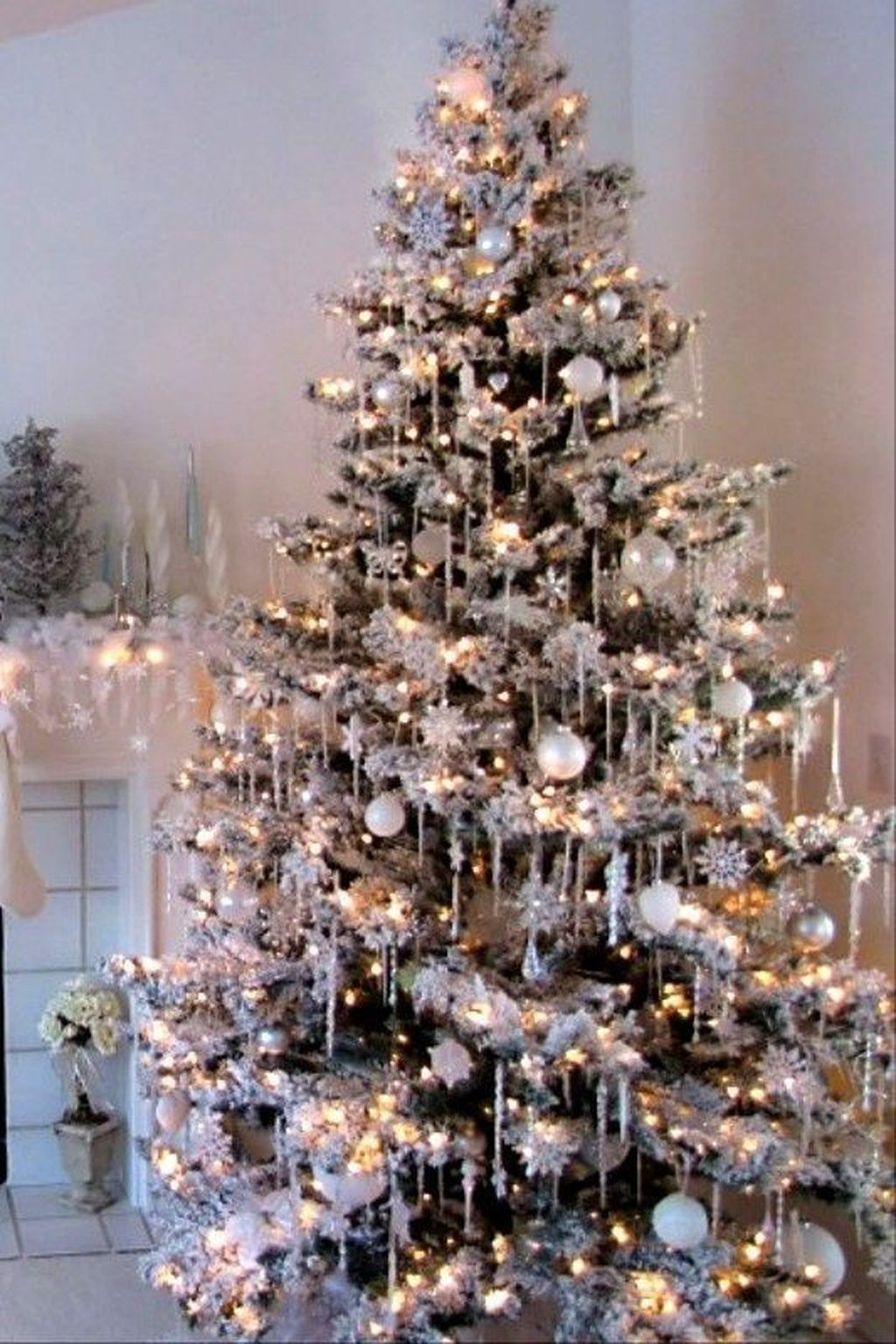 Stunning White Christmas Tree Ideas To Decorate Your Interior 24