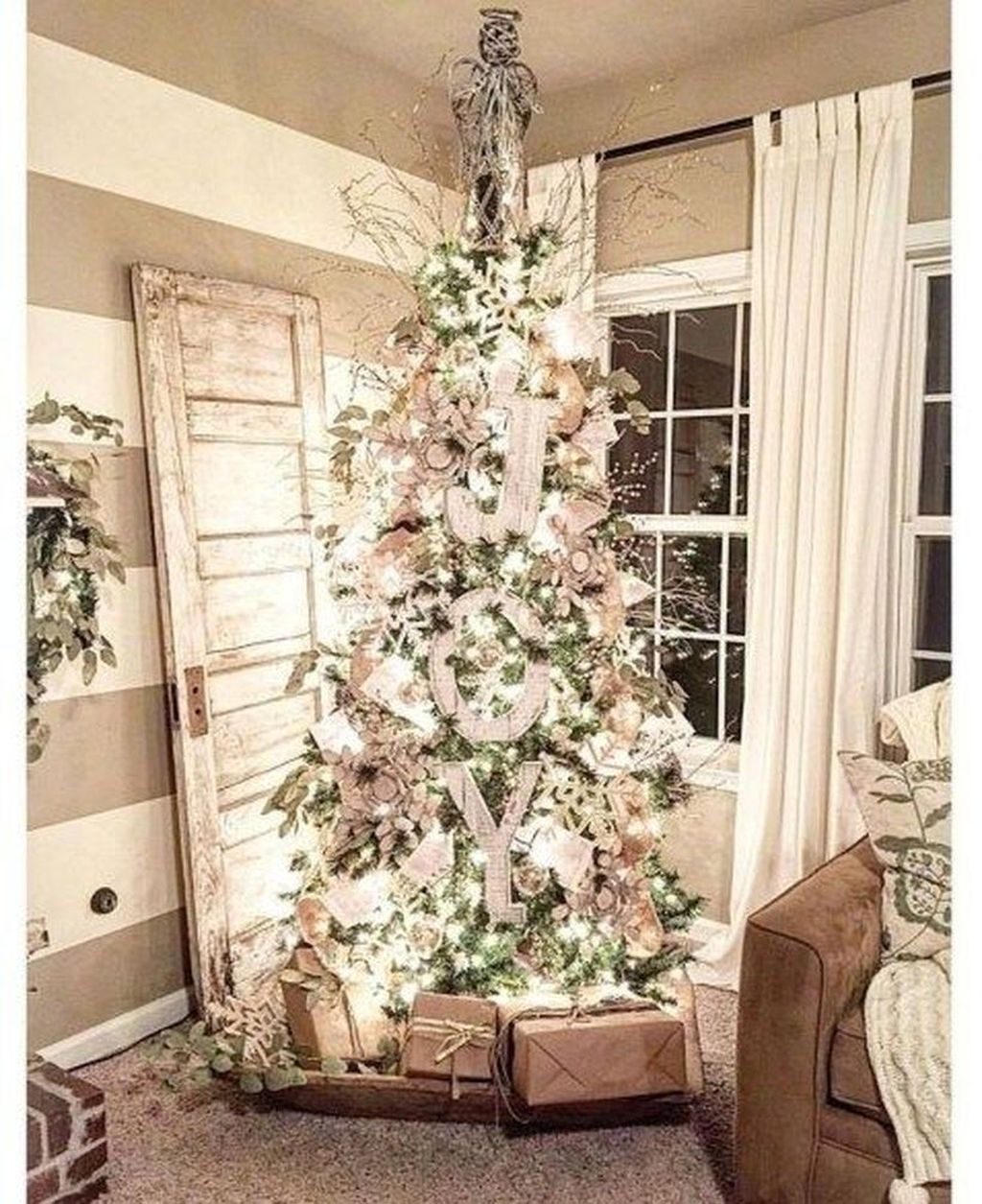 Stunning White Christmas Tree Ideas To Decorate Your Interior 27