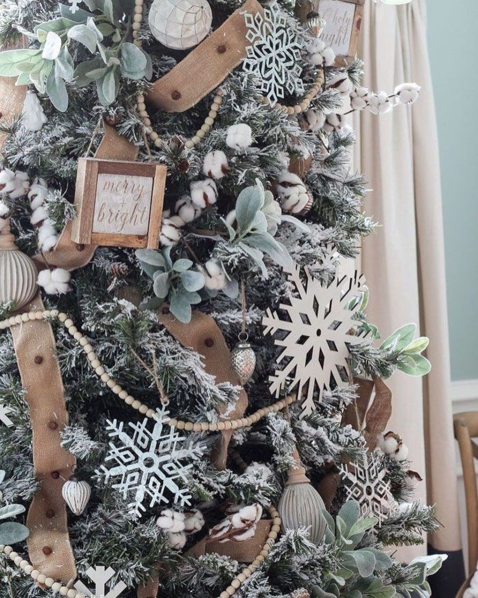 Stunning White Christmas Tree Ideas To Decorate Your Interior 28