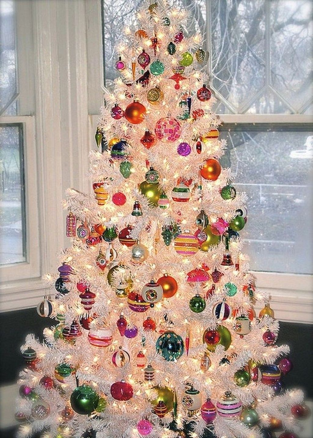 Stunning White Christmas Tree Ideas To Decorate Your Interior 45