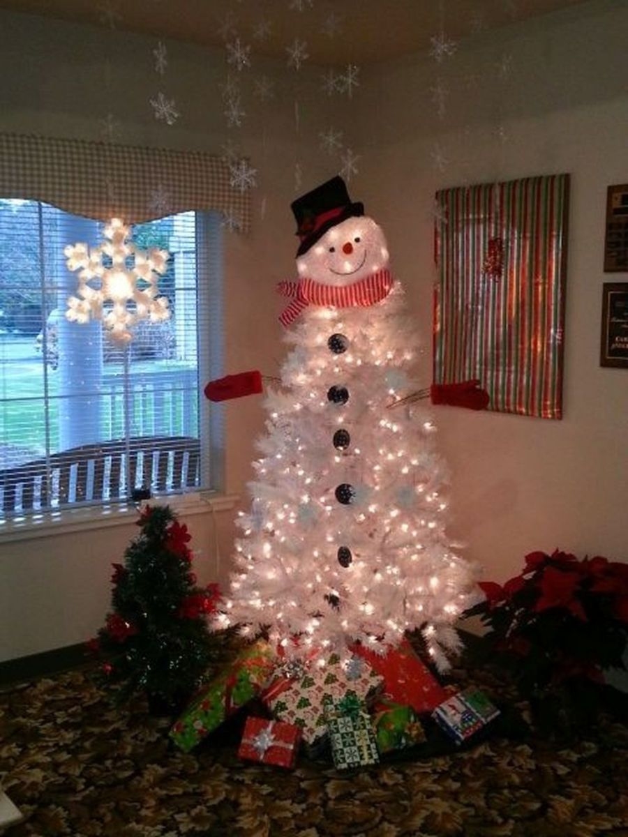 Stunning White Christmas Tree Ideas To Decorate Your Interior 47