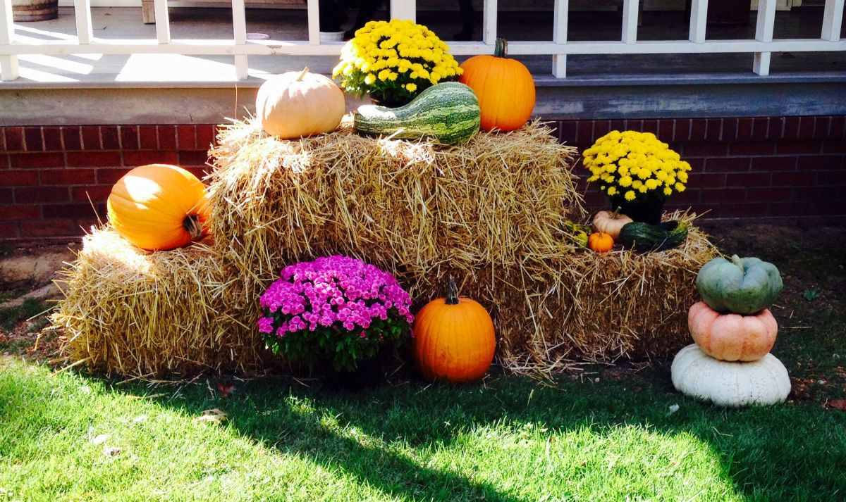 Fall Yard Decorations With Hay Bales