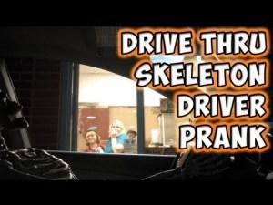 Un squelette commande dans un drive. Drive Thru Skeleton Driver Prank – YouTube