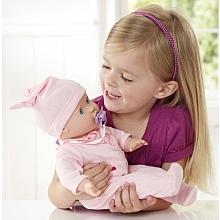 You & Me - Bébé gigote - Poupon 40 cm Ce joli poupon reproduit des mouvements réalistes.Serre la main de bébé pour qu'il gigote comme un vrai nourrisson !Prends bébé dans tes bras pour qu'il cesse de pleurer et secoue le hochet pour le faire rire.La poupée mesure 4 cm.Piles incluses