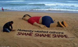 Un artiste indien a créé une sculpture de sable de Aylan Kurdi le petit garçon de 3 ans mort noyé