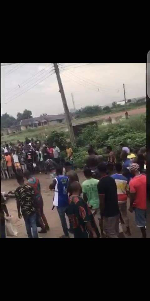 Two Suspected Armed Robbers Burnt Alive By Angry Mob - See Photos. 13