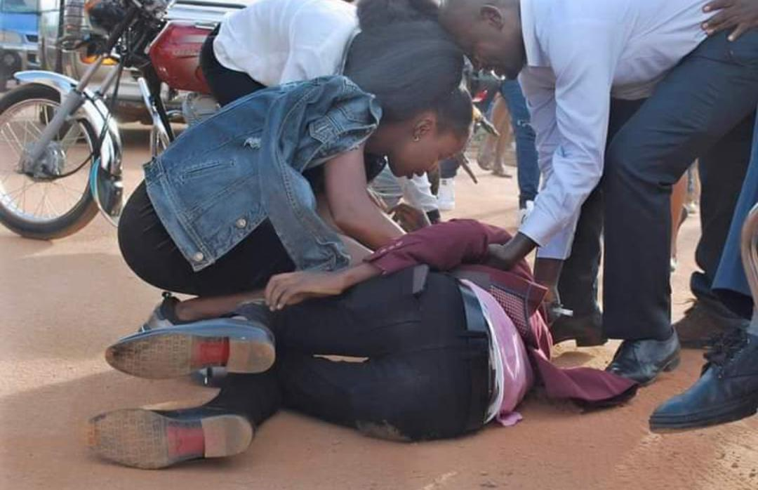 Photos: Young Man Rolls Himself On The Ground As He Proposes To His Beloved Girlfriend 3