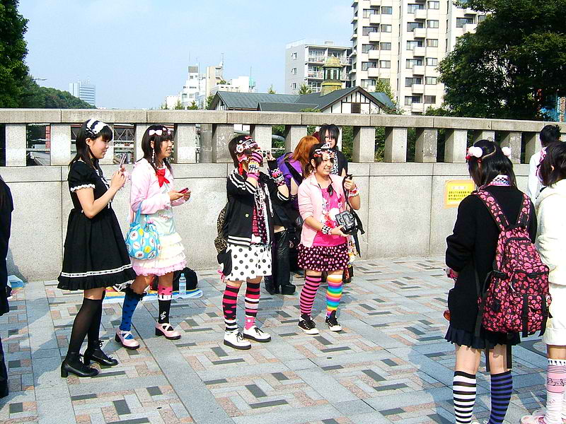 800px-Harajuku_girls,_Tokyo