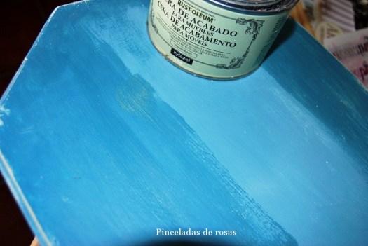 Detalle del momento de dar la cera de acabado sobre la tabla.