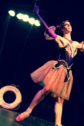 The Paris Original performing at Cast-Off Cabaret. (Photo: Siren Santina)
