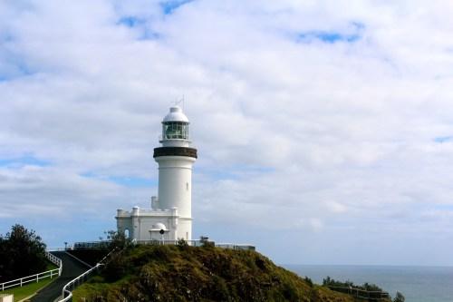 Byron Bays Leuchtturm liegt schützend auf einem Hügel.