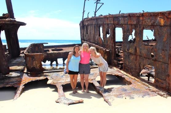 Nettes Fotomotiv: Marina, Sarah und ich vor dem Wrack.