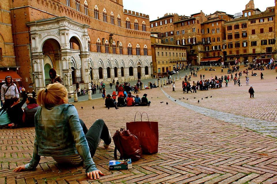 Der Piazza del Campo in Siena ist ein beliebter Ort in der Toskana. Oft treffen sich dort viele Leute. Das Auswärtige Amt warnt derzeit in Italien, sich an solche Anlaufstellen zu besuchen.