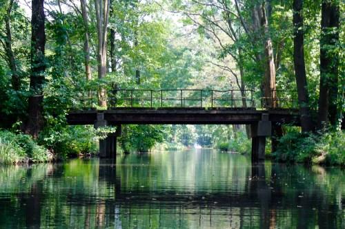 Über das weit verzweigte Flussnetz führen viele Brücken.