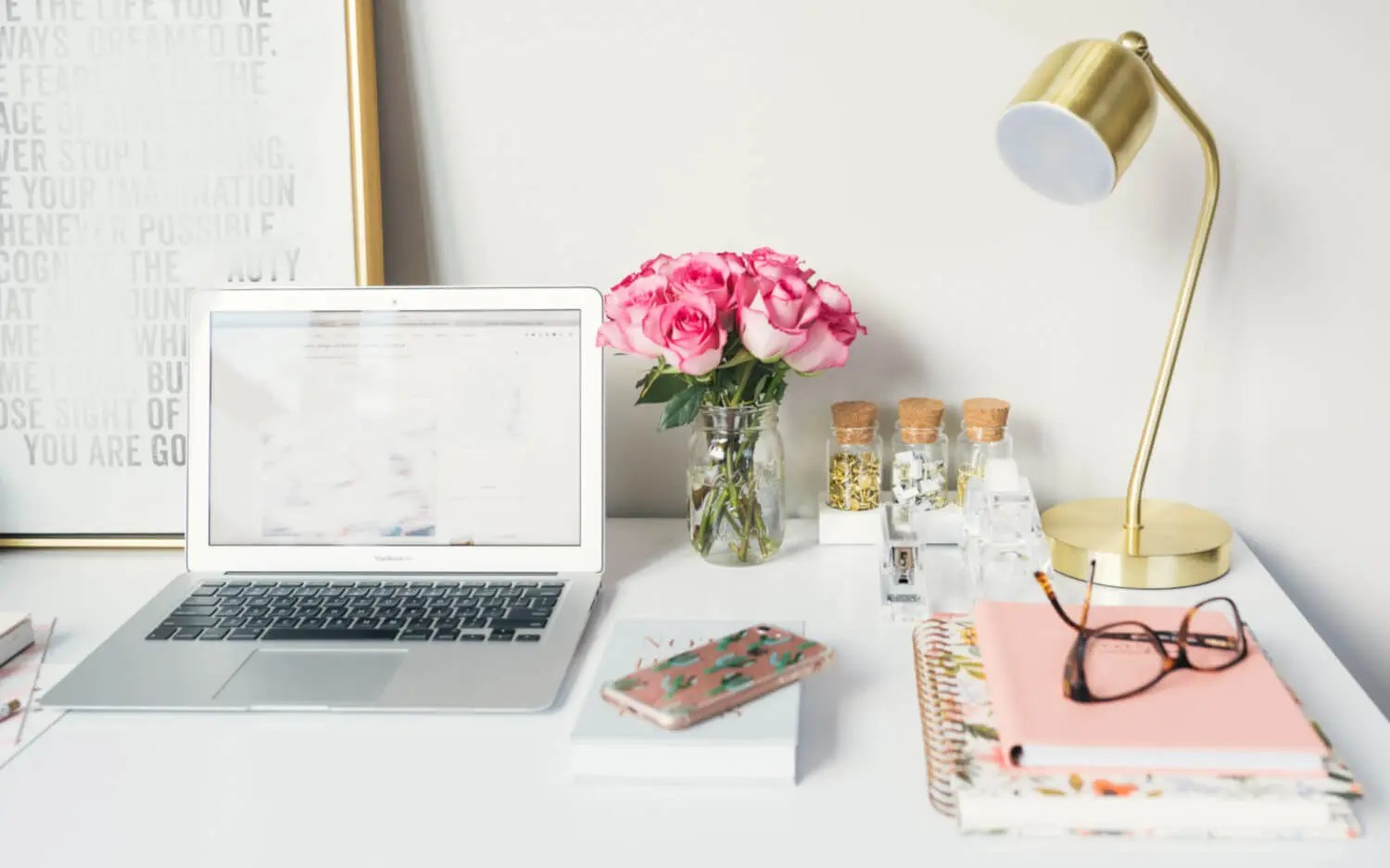 4 REASONS TO HAVE FLOWERS IN THE OFFICE