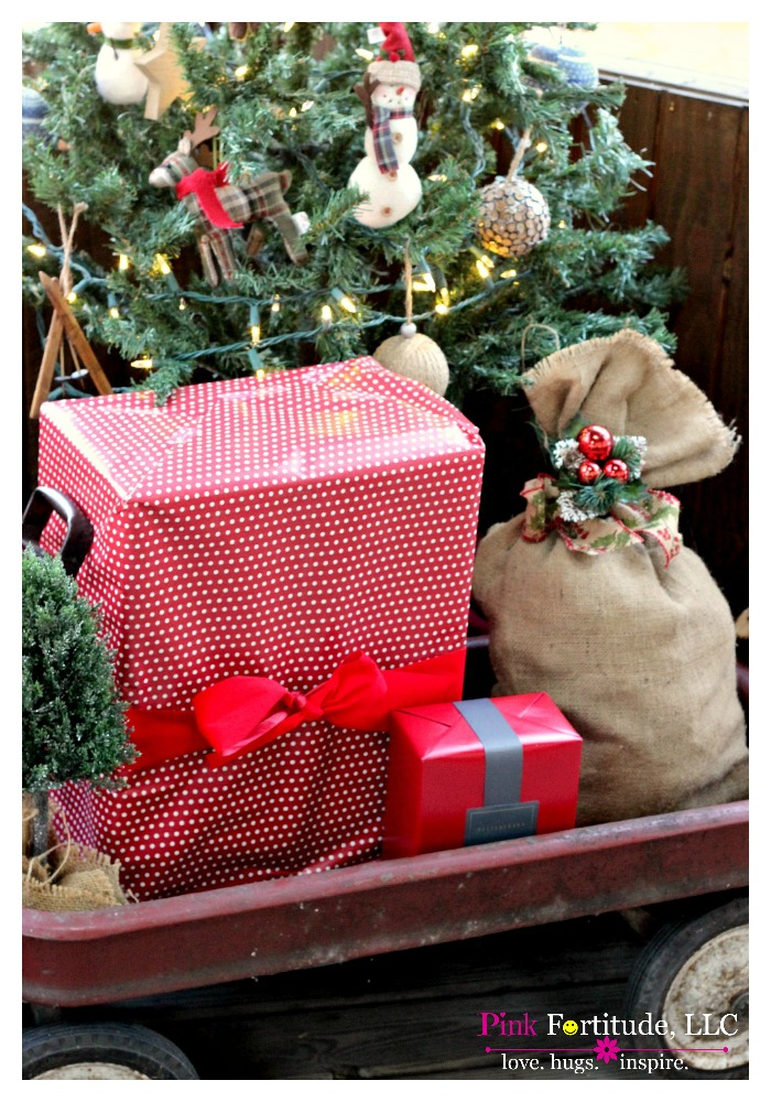 I am crazy excited and honored to be a part of the hometalk.com and countryliving.com Home for Christmas blog tour. Our back porch is decorated to be cozy and rustic, with natural and vintage elements. Grab a cup of hot cocoa and join us!