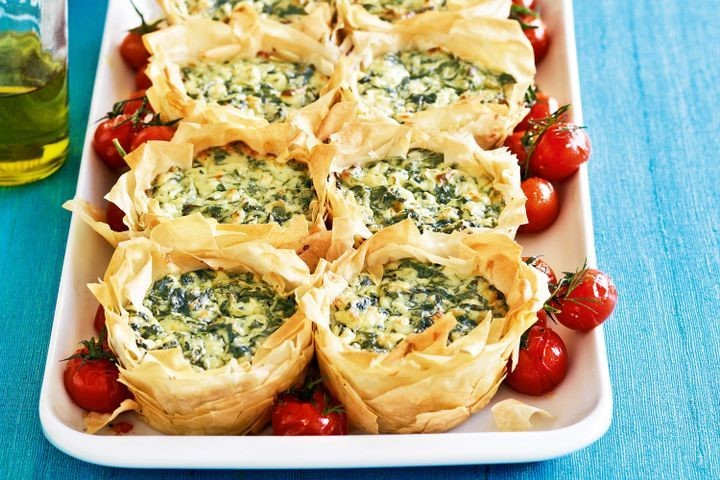 Phyllo pastry cups with spinash