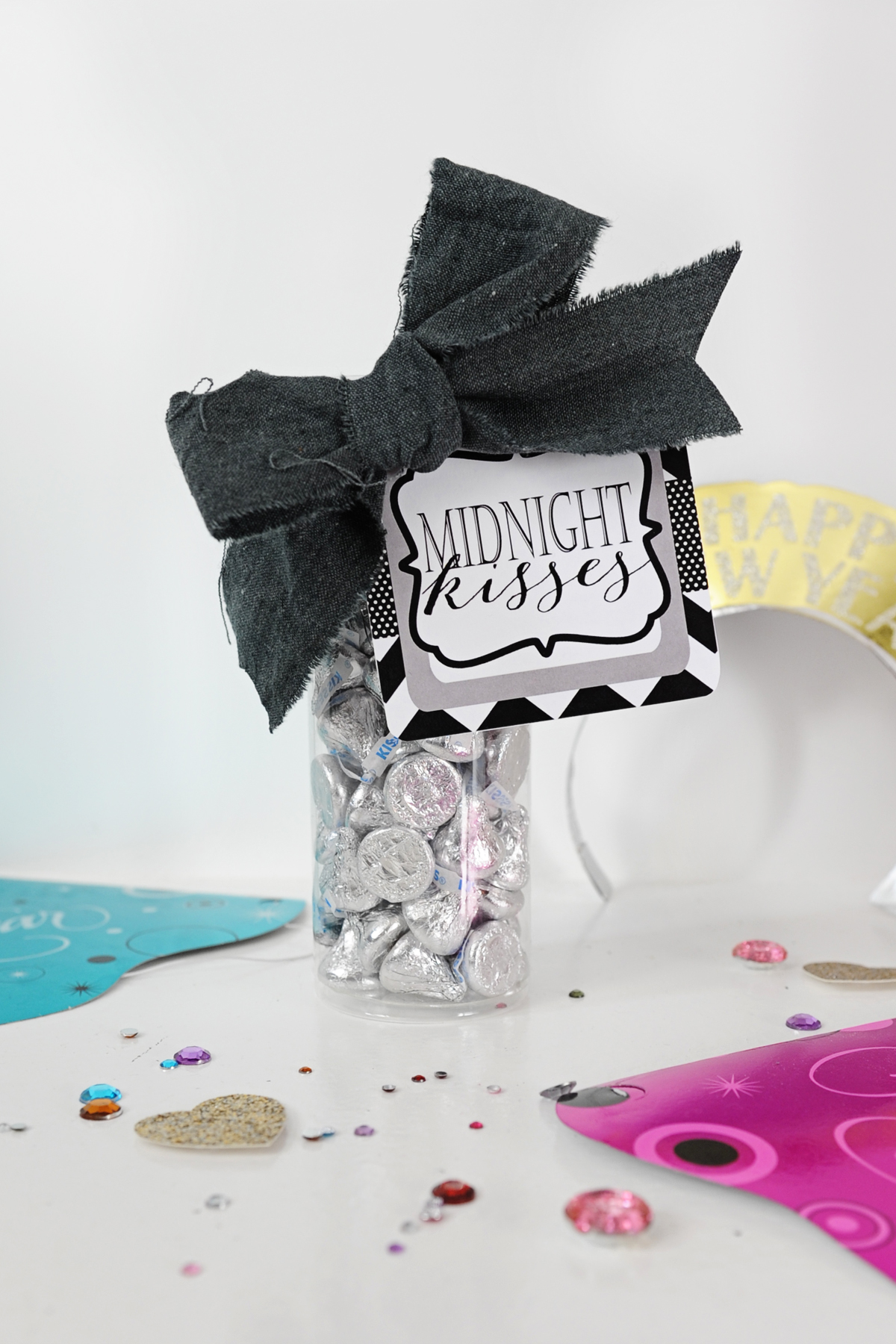 New Year's Eve Midnight Kisses Free Printable Tag and Party Favor Idea