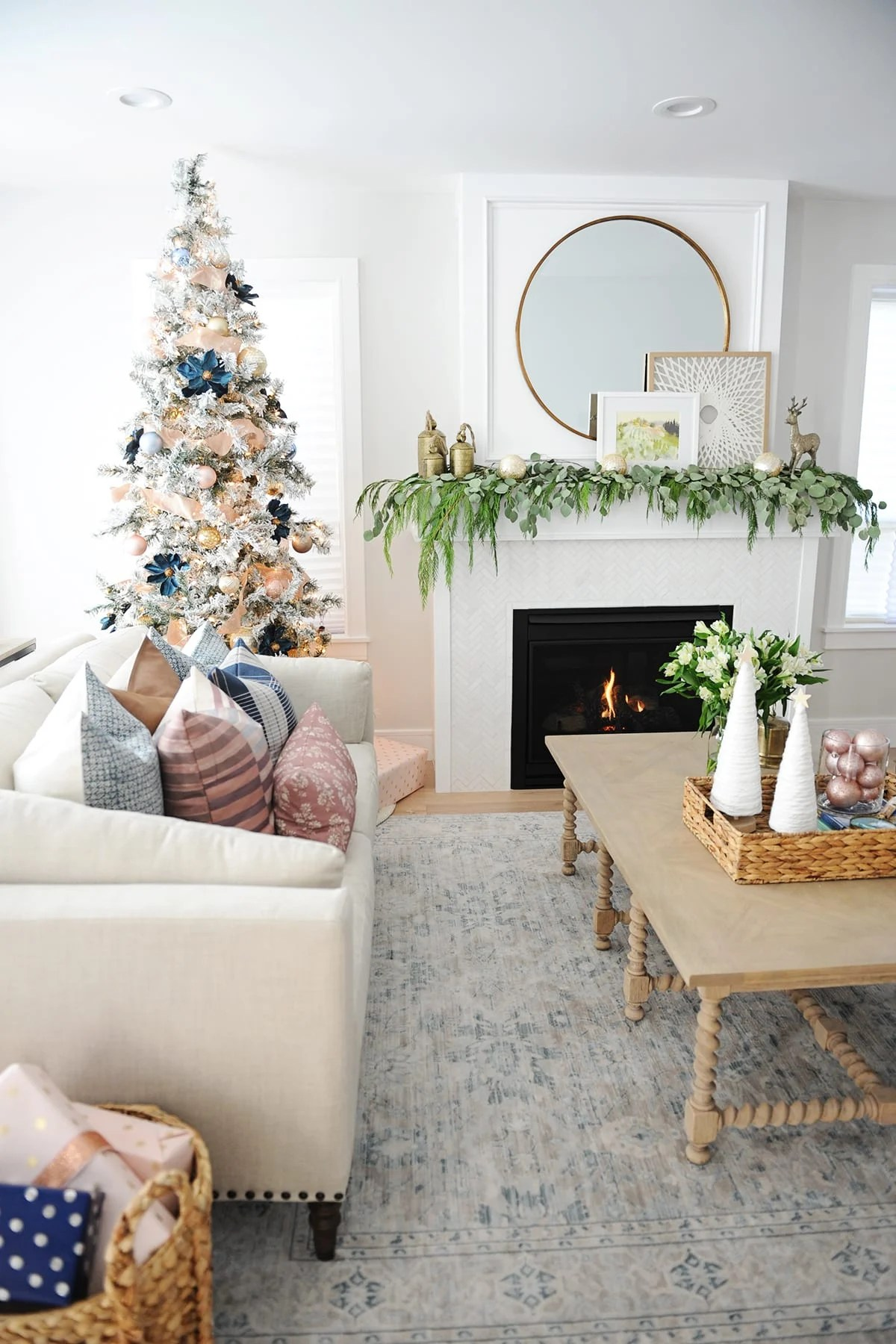 31 dazzling christmas living room decor ideas pink - Christmas living room decor ...