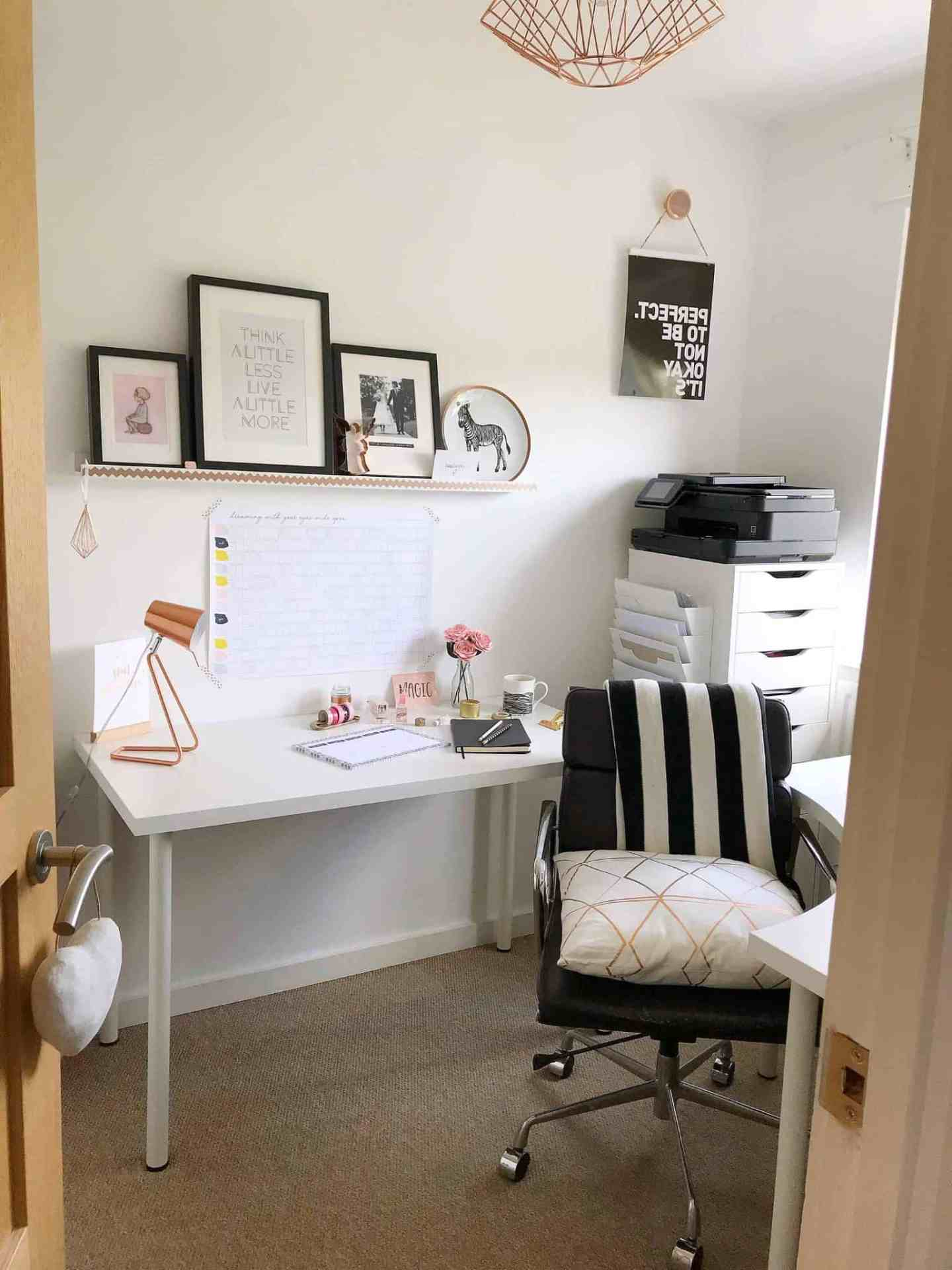 The perfect monochrome and copper home office