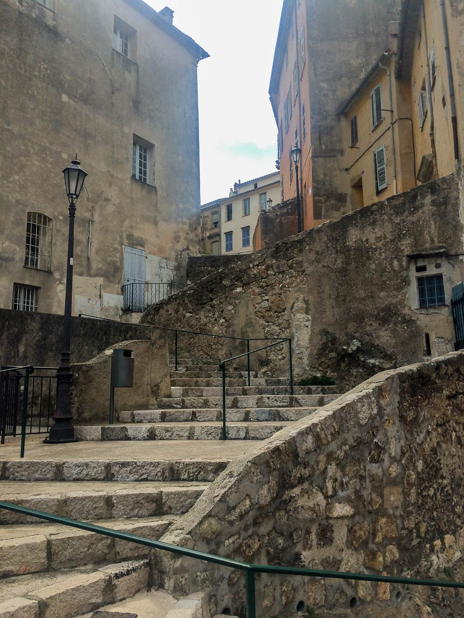 Zig zag steps in the old town, Grasse