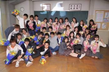 【3年A班】28名學生拍攝完畢!菅田将暉驚喜獻花,學生紛紛感動落淚。