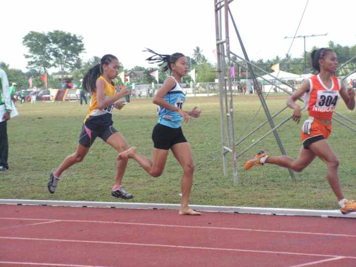 Calis on full throttle during the last lap of 800m 2015 Palaro HS Girls.