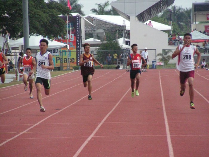 Kenneth Nodos takes the 400m title from the tall Galleon from Zamboanga Photo Credit: Airnel T. Abarra, pinoyathletics.info copyright 2015