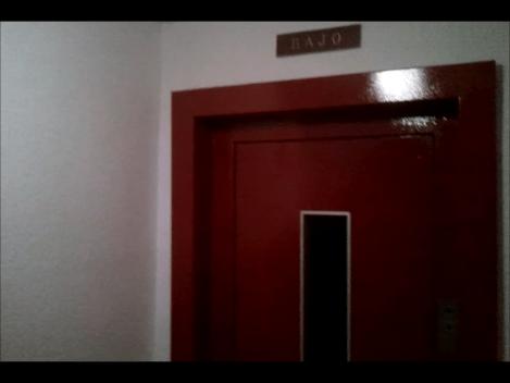 Puerta ascensor en esmalte color rojo - Pinturas Urbano
