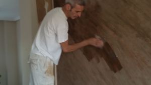 Aplicando cera sobre estuco marmoleado a 2 colores marrones (2)