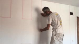 Colocación de cinta rosa sobre el lado del turquesa
