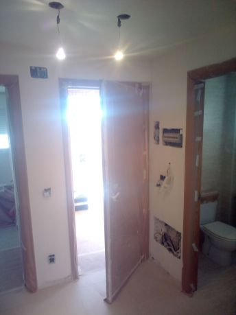 Aplicado 3 manos de Aguaplast en techo y paredes Entrada (1)