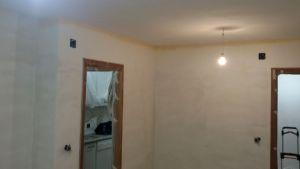 Aplicando 3ª mano de aguaplast fino en paredes salon falta parte alta (1)