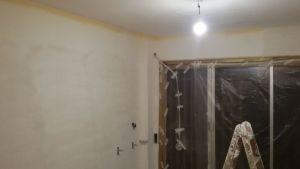 Aplicando 3ª mano de aguaplast fino en paredes salon falta parte alta (3)