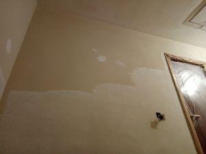 Aplicando 1ª mano de aguaplast rellenos en paredes (2)