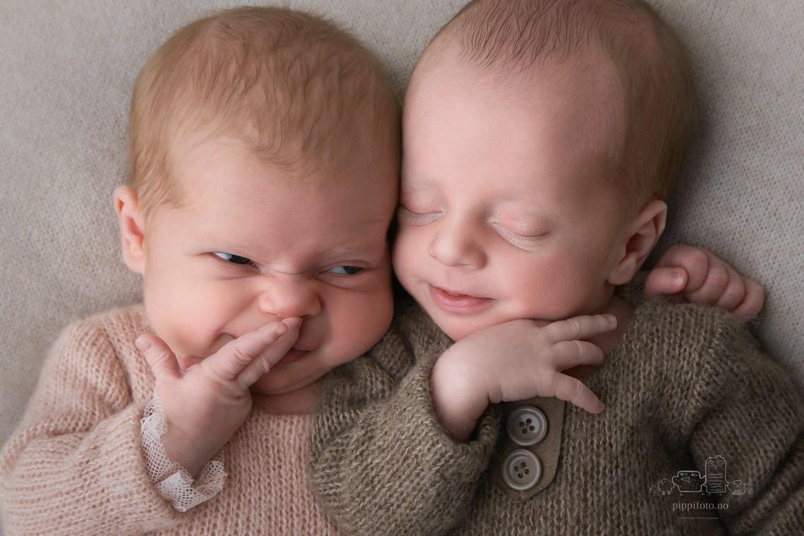 tvillinger-nyfødtfotografering-amming-hjemlighet-kosetid-kos-har-det-gøy-sammen