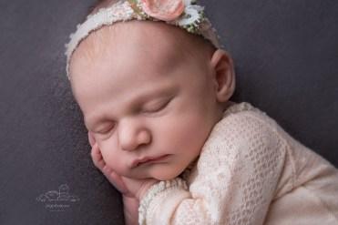 nyfødt jente på sin første fotografering