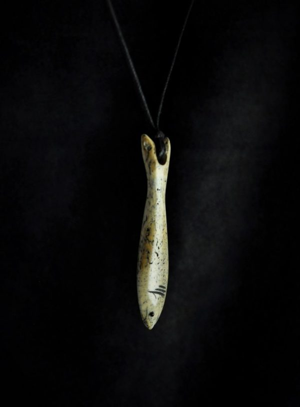 Poisson d'eau sculpté par Piqoli dans de l'os de morse fossile d'Alaska