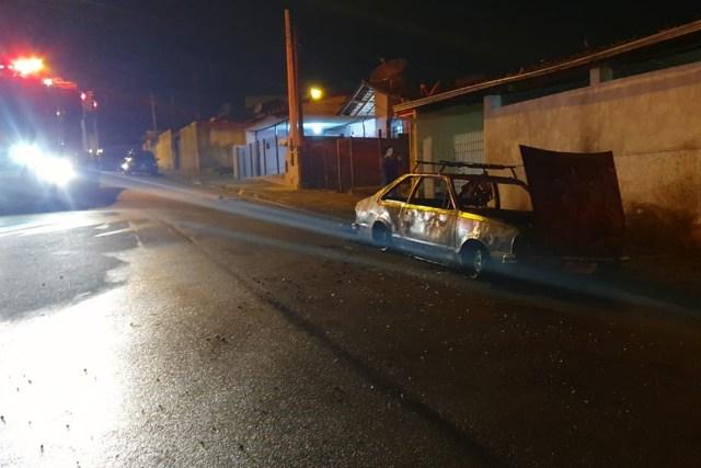Uma foto do carro todo queimado após mulher jogar gasolina e atear fogo