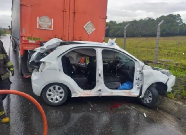 Uma foto do carro destruído após bater na traseira do caminhão
