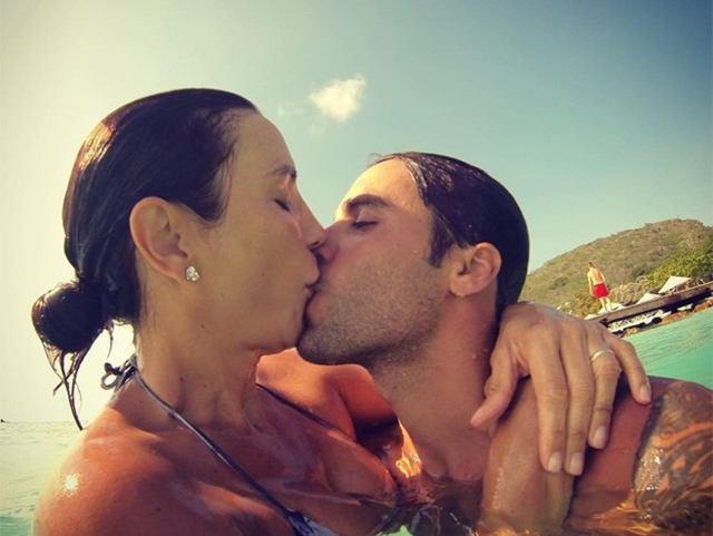 uma foto da cantora Ivete Sangalo e seu marido Daniel Cady se beijando