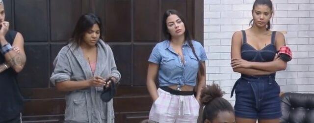 Uma foto de Lipe, Tays, Victória e Jake recebendo a notícia sobre a mudança na Roça