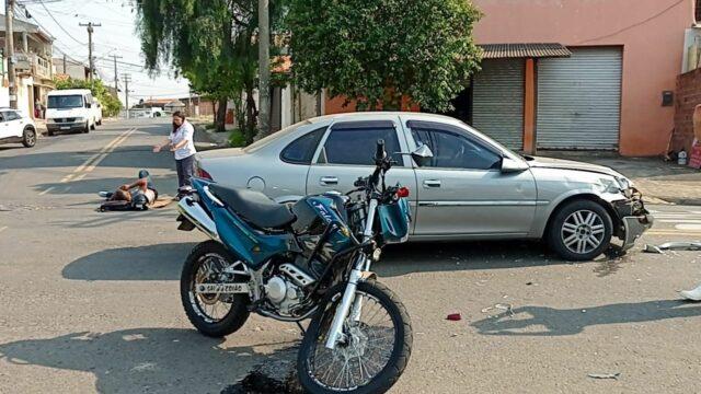 Acidente entre carro e moto deixa uma vítima em rua movimentada de Piracicaba