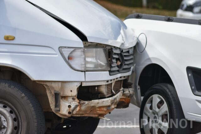 Acidente entre dois veículos deixa uma pessoa ferida em avenida movimentada de Piracicaba