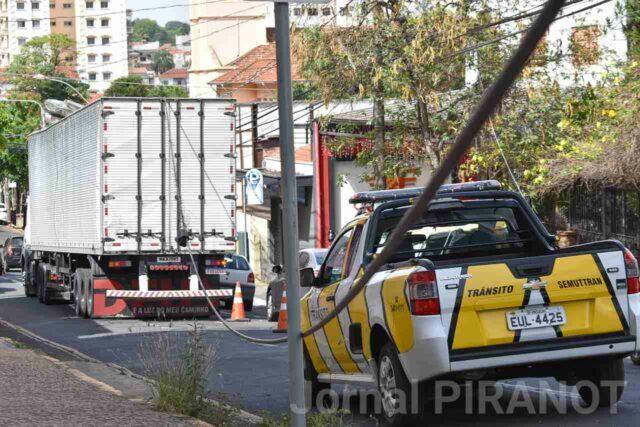 Caminhão arranca fios e interdita rua do centro de Piracicaba